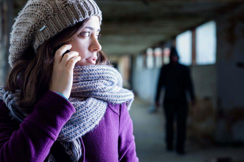 Autoprotección A continuación se detallan algunos hábitos de seguridad que es aconsejable asumir en tu vida cotidiana.  MEDIDAS DE PREVENCIÓN FUERA DEL DOMICILIO Lleva siempre contigo un teléfono móvil. Guarda los números de emergencia (112, 091, 062) en tu teléfono móvil vinculándolos a una tecla de marcación automática. Presta atención en los trayectos rutinarios y a las horas de llegada y salida del trabajo, del colegio de tus hijos/as, etc. Si has compartido el coche con el agresor, cambia las cerraduras. Antes de montarte y bajarte del vehículo observa las inmediaciones por si ves al agresor Activa siempre el cierre automático de las puertas. No aparques en sitios poco iluminados ni transitados. Si sabes con antelación que existe la posibilidad de coincidir con el agresor (puntos de encuentro, actuaciones judiciales conjuntas, etc.,), pide a algún familiar o persona de confianza que te acompañe. Y comunica esta situación a la Unidad policial que, en su caso, valorará qué medida de protección será la adecuada. MEDIDAS DE PREVENCIÓN EN CASA Al entrar y salir de casa, presta atención y comprueba los alrededores de tu vivienda. Adopta medidas de seguridad: cambia la cerradura de la puerta, buena visibilidad de la mirilla, etc Cambia tus números de teléfonos y solicita a la empresa que no sean registrados en guías públicas. Antes de abrir la puerta, comprueba qué persona está llamando, si no la ves claramente NO abras. NUNCA abras al agresor y advierte a tus hijos, hijas, personas a tu cargo o a otras personas con las que compartas el domicilio. Si es él quien llama, máxime si cuenta con una orden de alejamiento, ponte en contacto con la policía. Comunica tu situación a personas de tu confianza, especialmente vecinos, para que te adviertan si ven al agresor merodeando por los alrededores de tu vivienda para que adoptes medidas de prevención y, en su caso, avisen también a la policía. Acuerda con una amiga, vecina o familiar, a dónde acudir si tienes que marcharte co